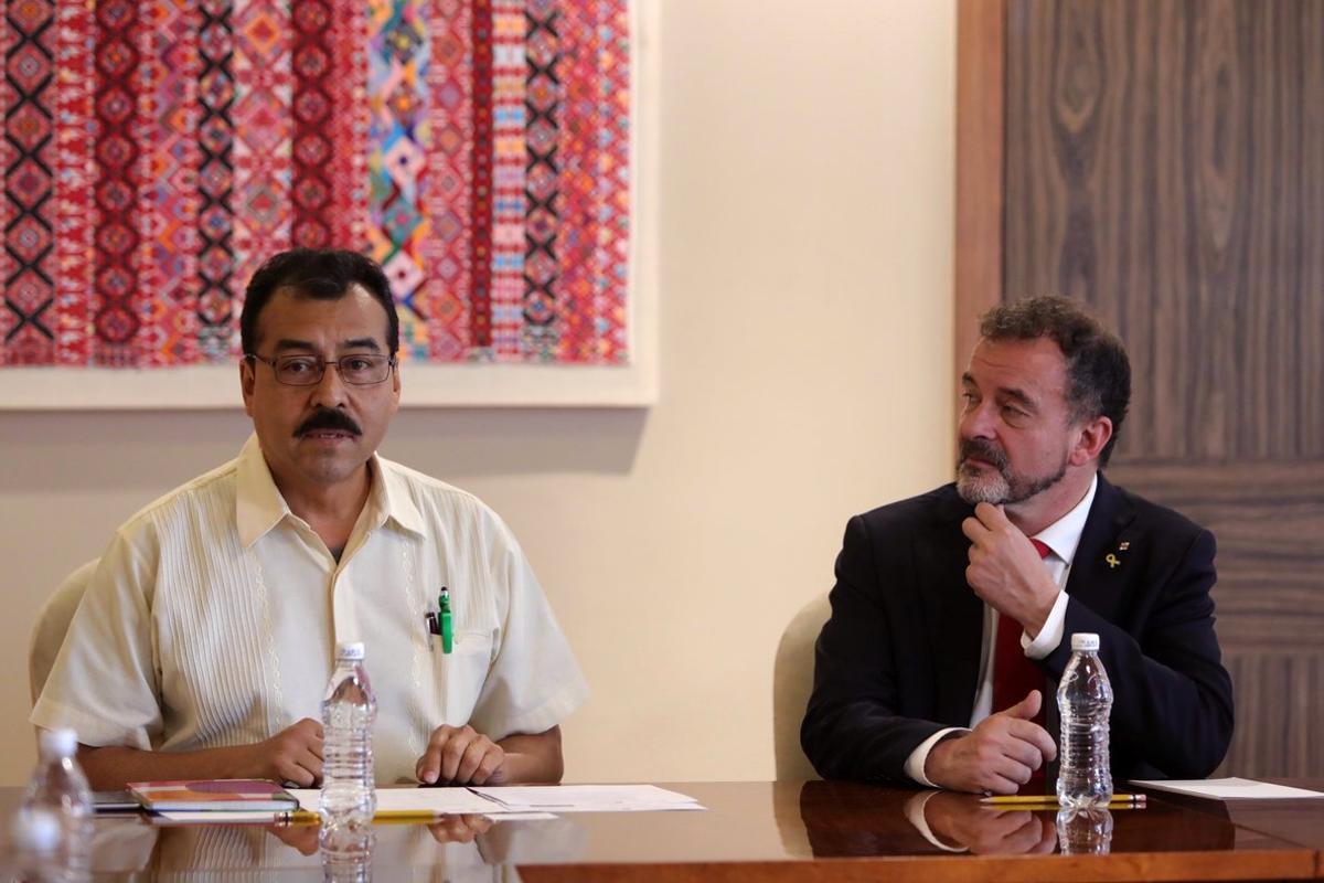 El director de Asuntos Internacionales del Instituto Nacional de Pueblos Indígenas, Saúl Vicente y el conseller de Acción Exterior de la Generalitat,Alfred Bosch.