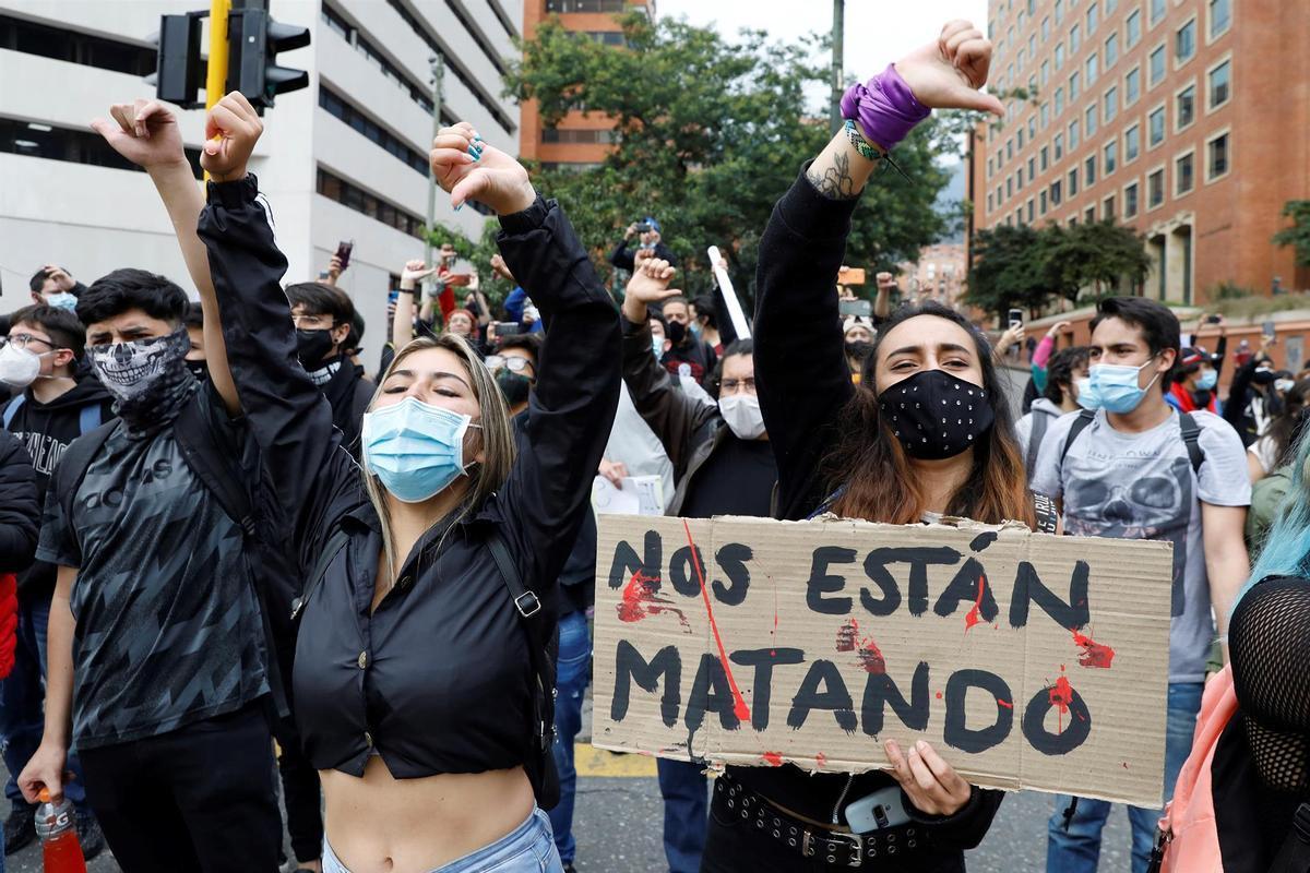 Estudiantes se suman a los manifestantes que marchan por las calles de Bogotá.
