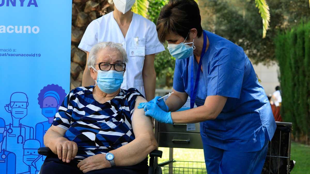 Josefa Pérez, la primera catalana en vacunarse en diciembre de 2020, recibe la tercera dosis de la vacuna contra el covid-19, este viernes.