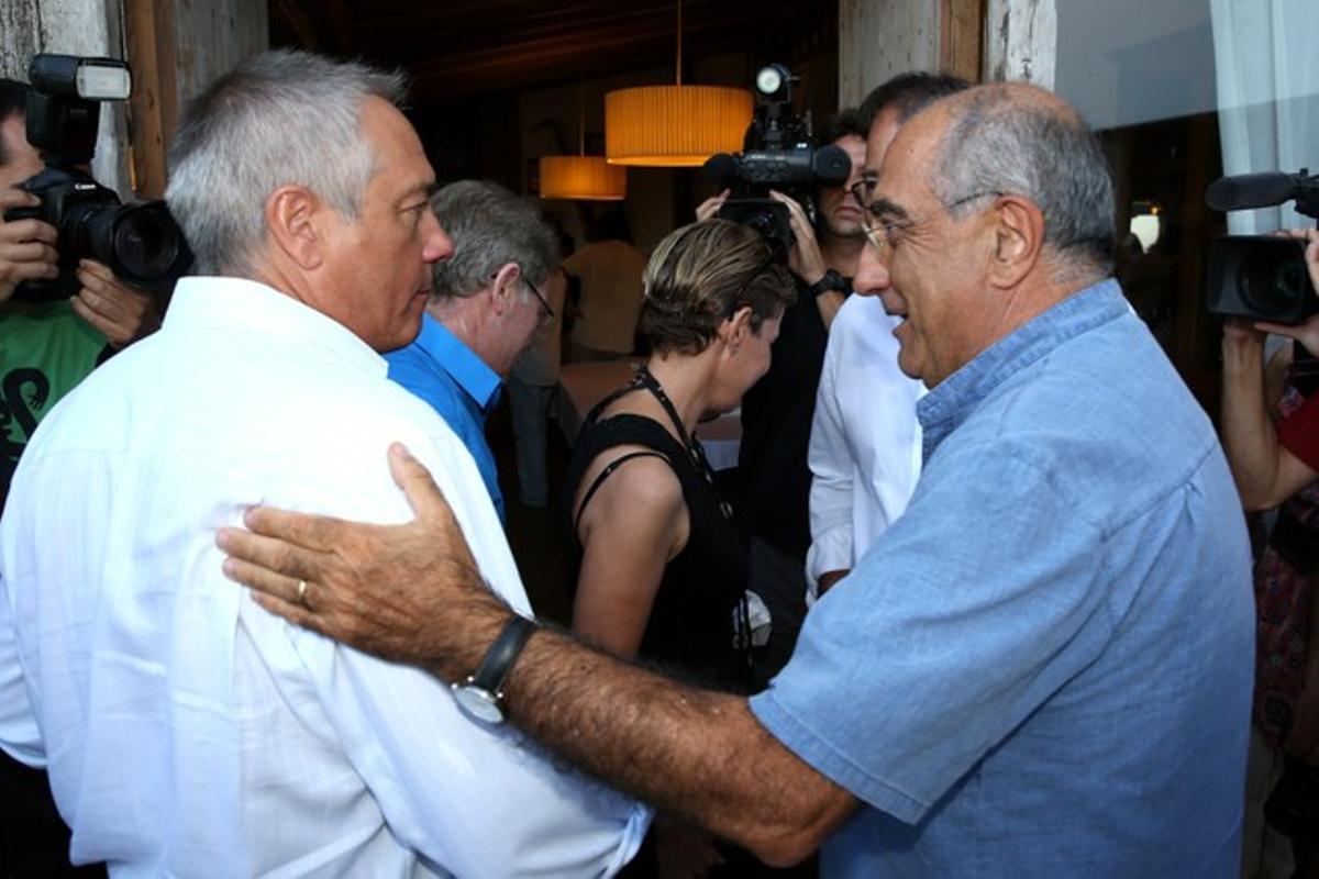 Pere Navarro y Joaquim Nadal se saludan al inicio del encuentro de los socialistas gerundenses, este miércoles en Palafrugell.