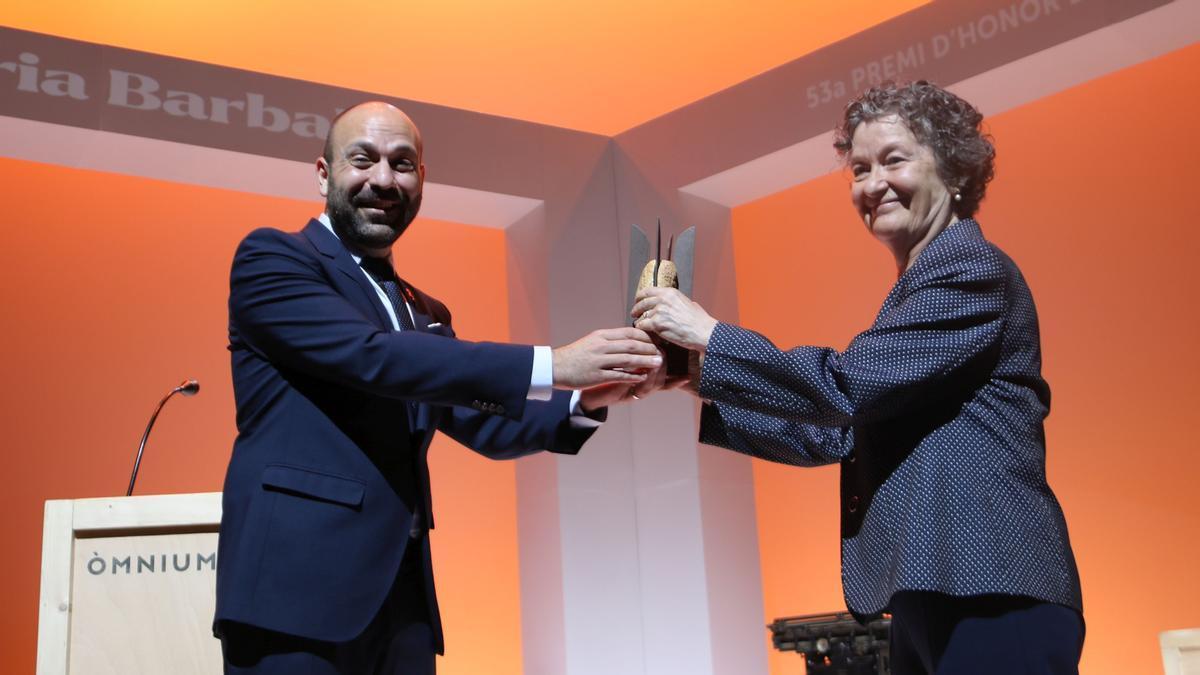 Maria Barbal recibe el Premi d'Honor de les Lletres Catalanes, de la mano de Marcel Mauri.