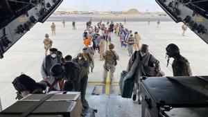 Embarcan en el avión español los repatriados españoles desde Kabul