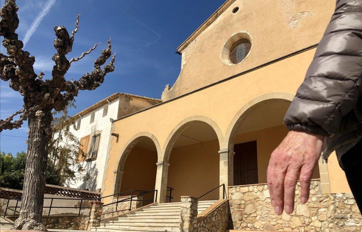 Laura, frente a la iglesia de Sant Jaume dels Domenys.