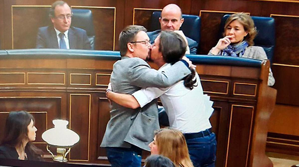 El beso en la boca de Pablo Iglesias y Xavier Domènech revoluciona las redes