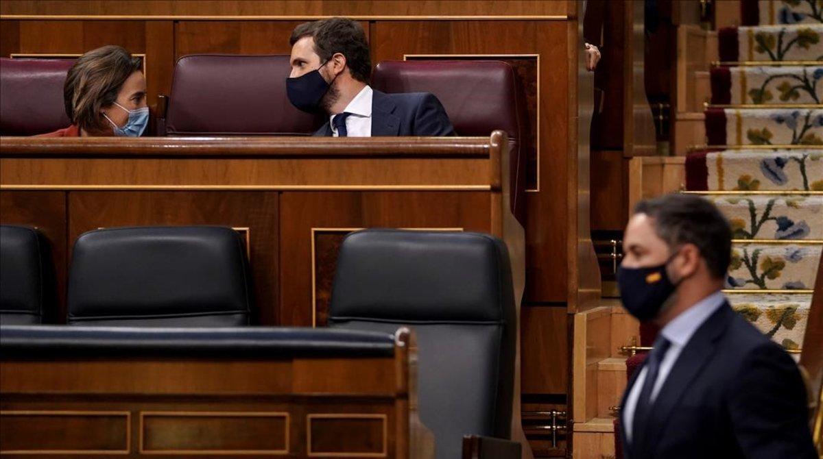 Santiago Abascal, el 22 de octubre, durante la moción de censura que presentó su partido, pasa por delante de Pablo Casado y Cuca Gamarra, ambos del PP.