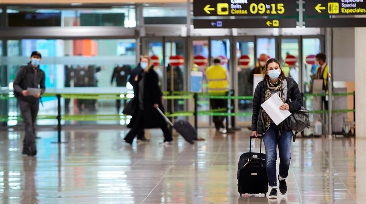 Los viajeros que lleguen a España por vía aérea o marítima procedentes de países con indices de coronavirus considerados de riesgo deben presentar una prueba PCR negativa realizada 72 horas antes para poder entrar en el país, además de someterse a los controles ya establecidos para poner freno a la pandemia.