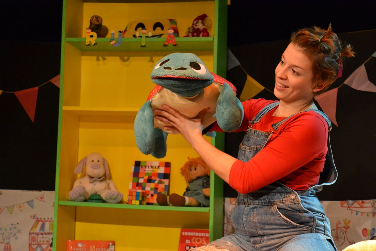 La obra narra la amistad entre una niña, Ruta, y una tortuga mágica, Paciència.