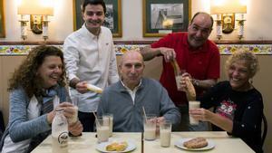 De izquierda a derecha, Laura Ferrer (La Campana), Dídac Mullor (Sirvent), Severino Cortés (La Valenciana), Xavi Juan (Fillol) y Teresa Moreno (El Tío Che), tomando unas horchatas en La Valenciana.