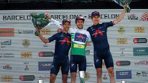 Adam Yates, en el podio final de la Volta 100, con Richie Porte (izquierda) y Geraint Thomas.