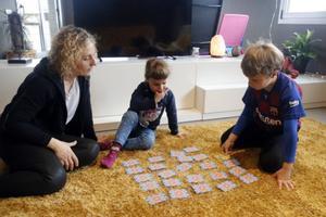 Una madre y sus dos hijos juegan durante el confinamiento.