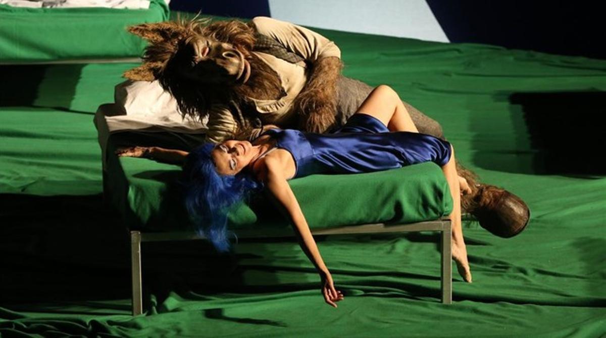 Tytania(Sandrine Piau)se entrega al abrazo de Bottom (Brindley Sherrat) convertido en un asno,en 'El sueño de una noche de verano', de Benjamin Britten, representada en elFestival de Aix en Provence.