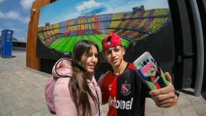 Unos jóvenes se fotografían en los accesos al Camp Nou.