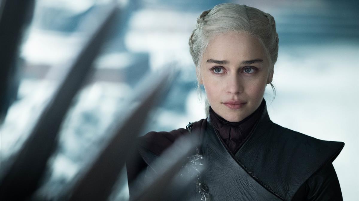 La actriz Emilia Clarke, caracterizada como Daenerys Targaryen durante una escena del último episodio de la serie 'Juego de tronos', en mayo de 2019.
