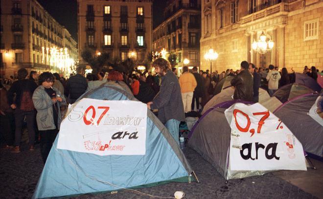 Acampada pacífica en la plaza de Sant Jaume de Barcelona a favor de destinar un 0,7% del PIB a la cooperación interlnacional, el 30 de noviembre de 1994.
