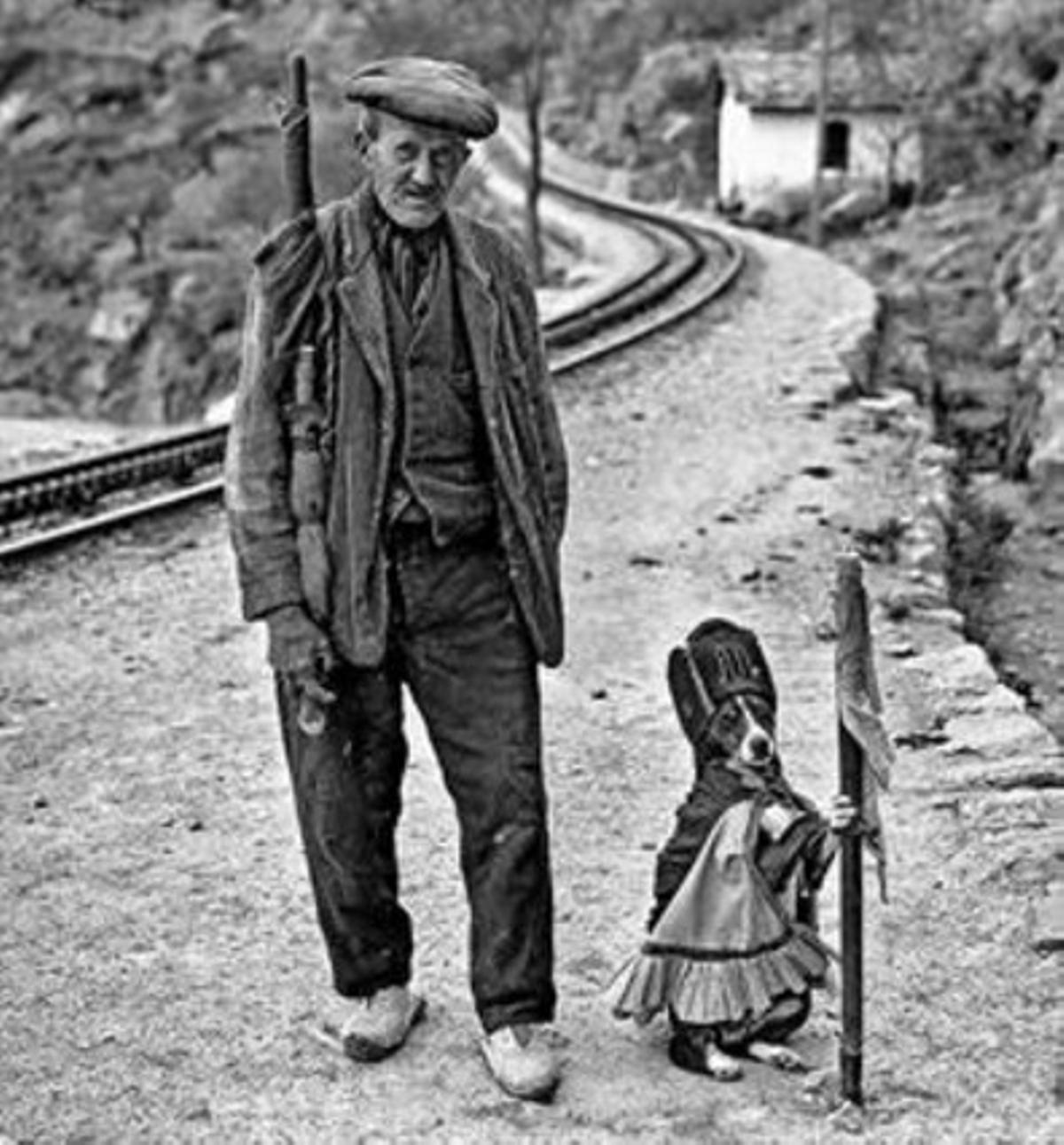 EL PERRO DE LA CASILLA DE MONTSERRAT 3 La foto es de 1929 o 1930. Pero durante muchos más años los viajeros del cremallera de Montserrat lanzaron calderilla a los perros disfrazados de ferroviario en el paso a nivel de la carretera de Monistrol.