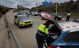 Control de tráfico de los Mossos, en la N-II, en la rotonda de Montgat, el día que empieza otra vez el confinamiento comarcal.