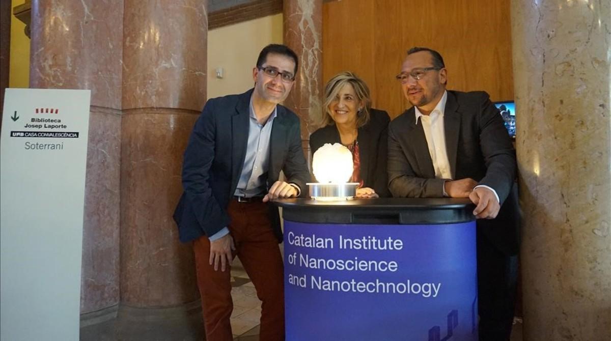 Los investigadores JoséAntonio Garrido (ICN2), Rosa Villa (CNM) y Kostas Kostarelos (University of Manchester), durante la reunión del proyecto Graphene Flagship en Barcelona.