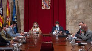 GRAF9561. PALMA DE MALLORCA, 04/09/2020.- La ministra de Trabajo y Economía Social, Yolanda Díaz (c-i) y el ministro de Inclusión, Seguridad Social y Migraciones, José Luis Escrivá (c-d) presiden la Mesa de la Comisión de Seguimiento Tripartita Laboral la que se debatirá sobre la prolongación de los ERTE, entre otros temas, y que se ha celebrado este viernes en Palma de Mallorca. EFE/ Atienza