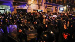 Manifestantes y Mossos d'Esquadra se encaran durante una nueva noche de protestas y alborotos.