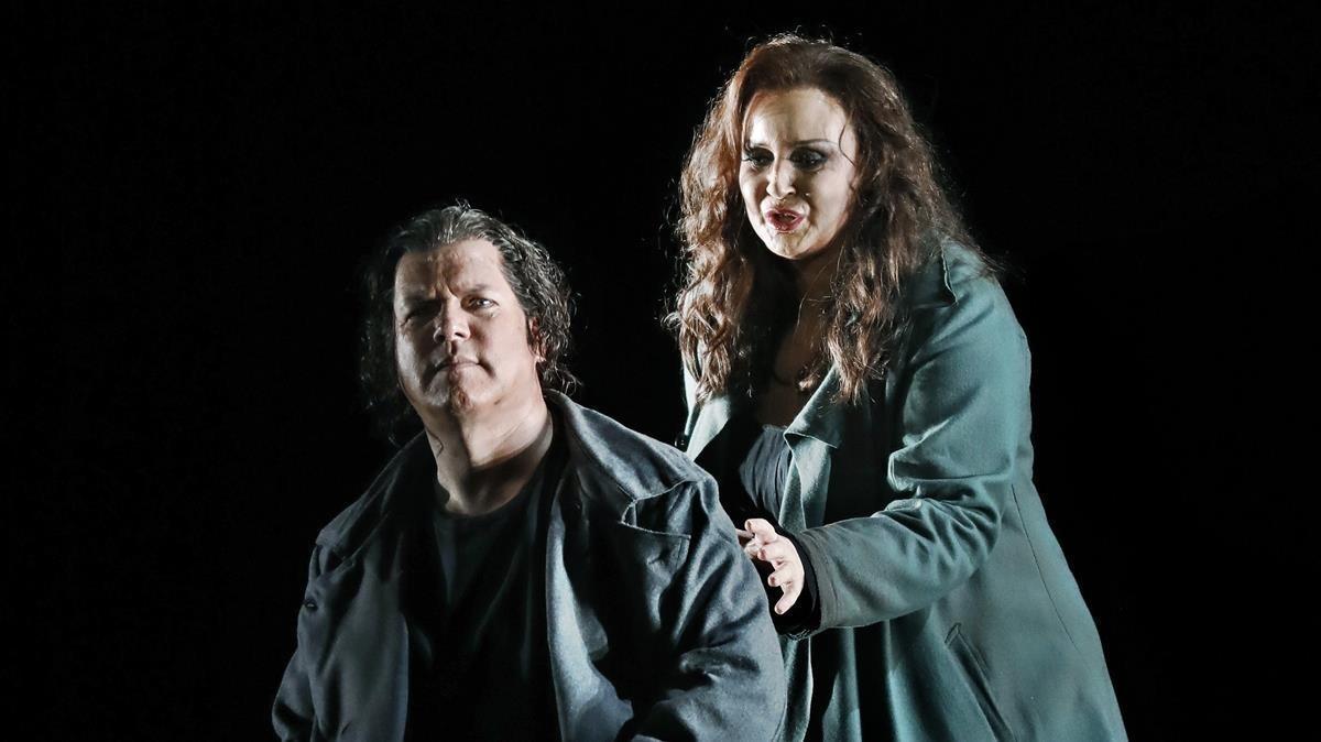 Stefan Vinke e Iréne Theorin caracterizados como Tristán e Isolda, en un ensayo en el Liceu.