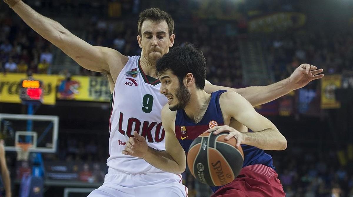 Abrines entra a canasta con la oposición deClaver durante el tercer partido de los cuartos de final de la Euroliga de baloncesto entre el FC Barcelona y el Lokomotiv.