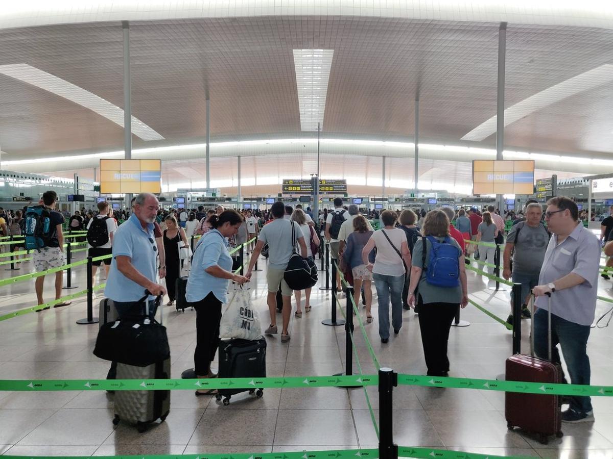 Fluidez en los controles de seguridad de la T-1 en el aeropuerto de Barcelona, este sábado.