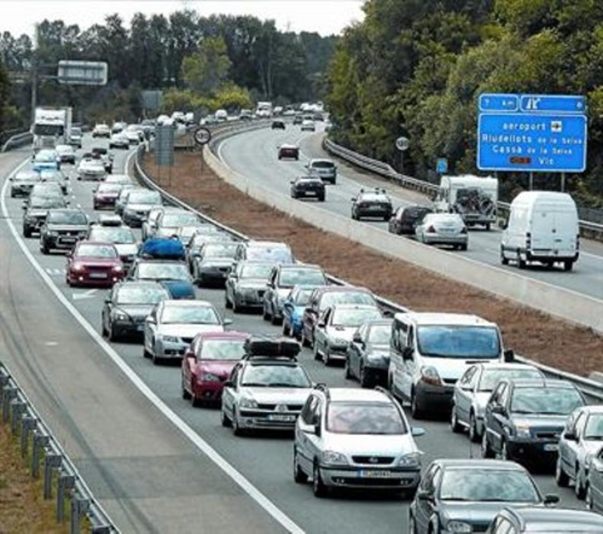 Imagen de archivo de retención de tráfico en la autopista AP-7 en Girona durante un puentefestivo.