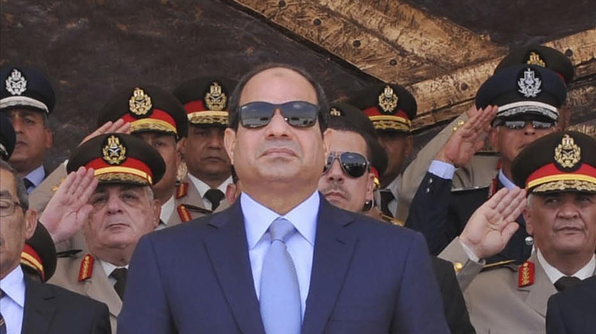 El presidente egipcio, Abdelfata al Sisi, rodeado de sus generales.