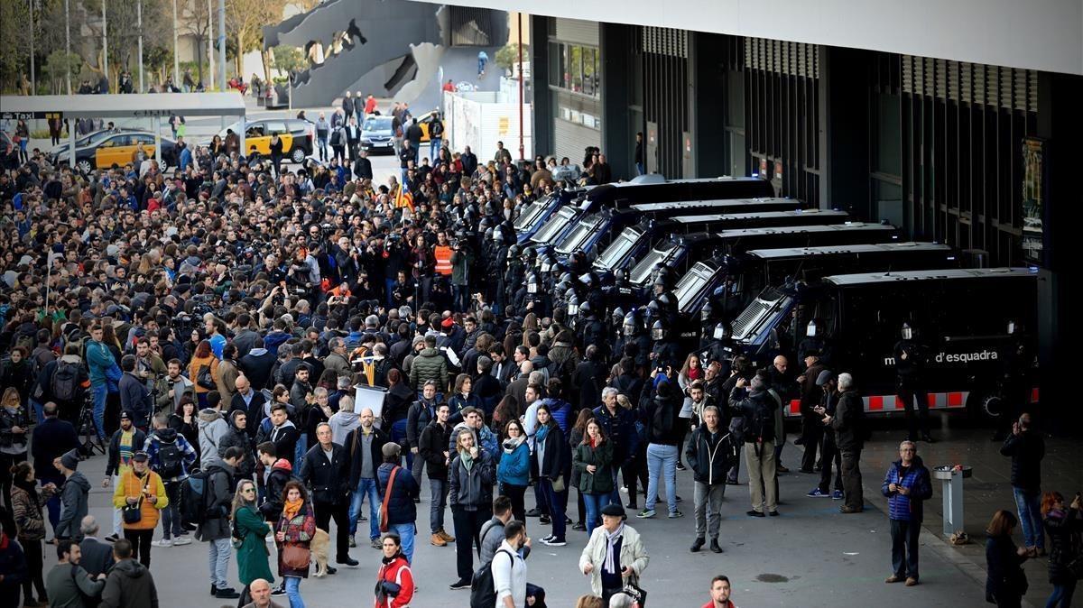 Los mossos controlan los accesos a la estación de Sants, rodeada por manifestantes independentistas.