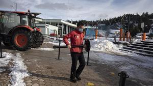 La Molinia  13 12 2020  Un trabajador de la estacion de esqui hacieendo preparativos el dia previo a las aperturas de las estaciones de esqui  Autor  David Aparicio