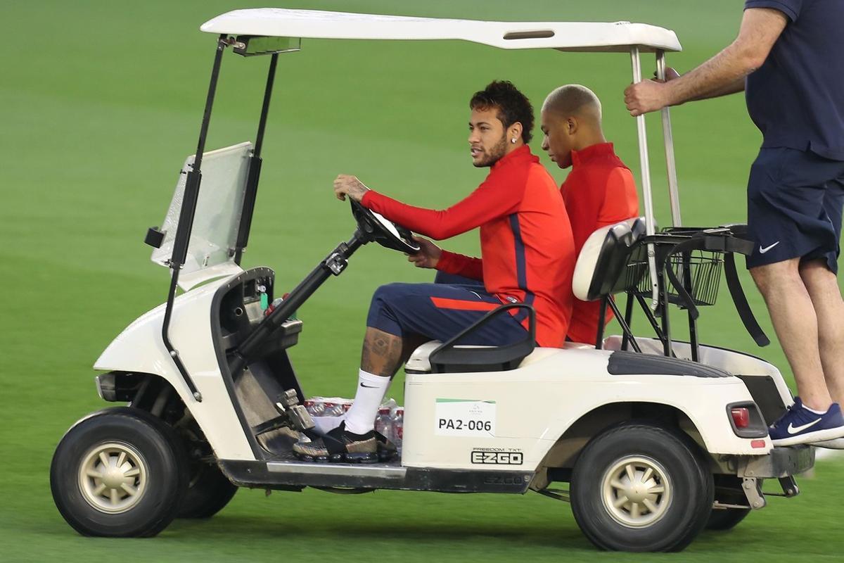 Neymar conduce un carrito de golf, en Catar.