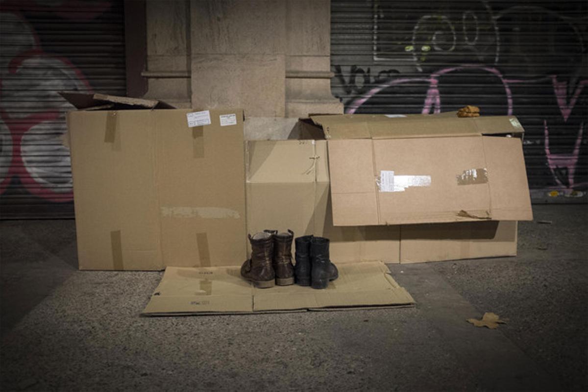 Un mendigo duerme en la calle en Barcelona.