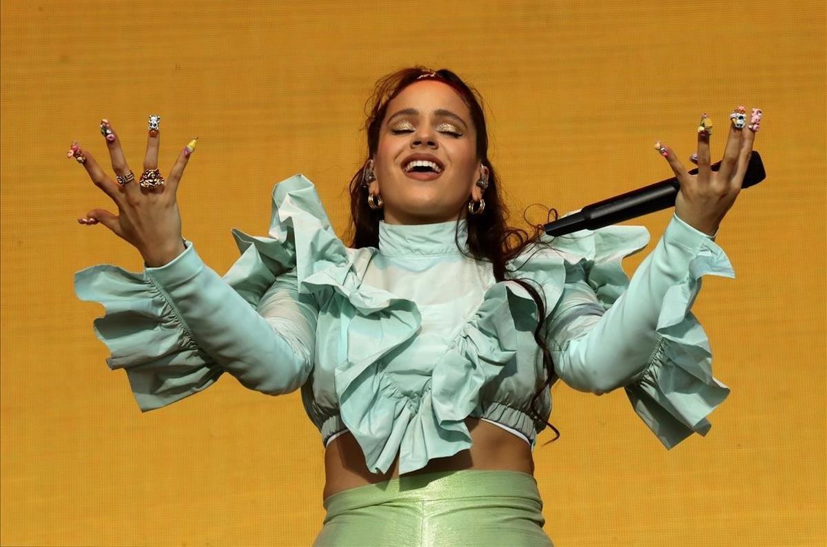 La cantante Rosalia actúa durante la fiesta de bienvenida del festival Mad Cool 2019 en Madrid.
