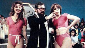 Las secretarias Silvia Marsó (izquierda) y Kim Manning, con Chicho.