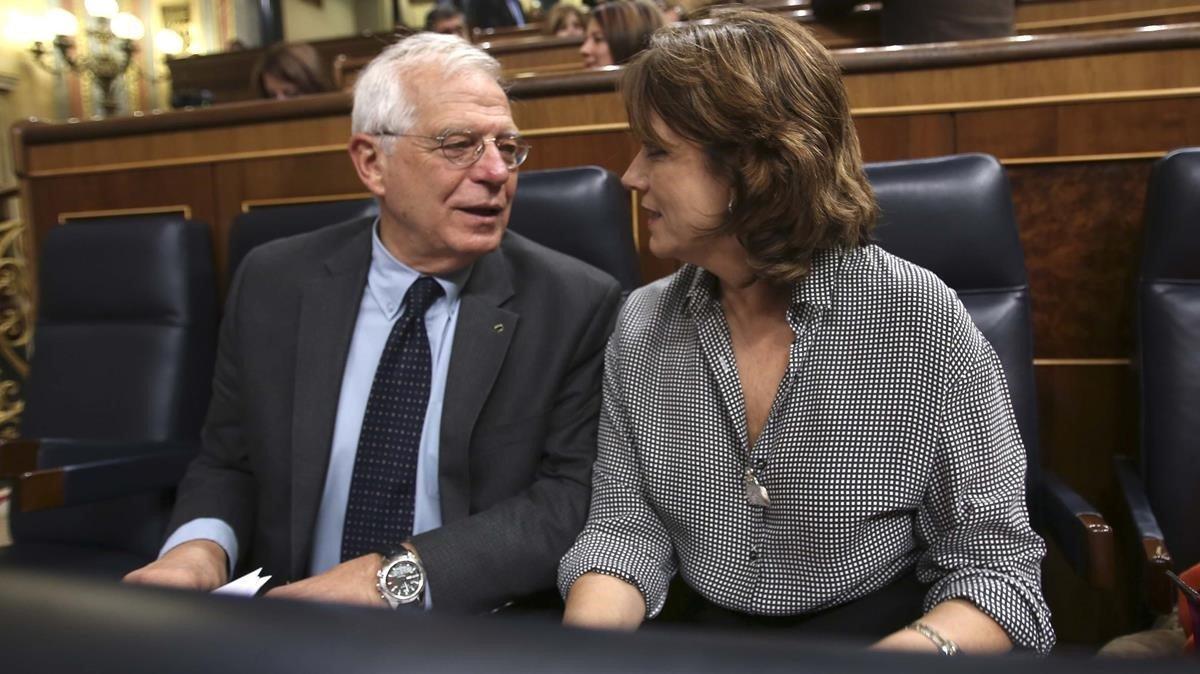 Josep Borrell conversa con Dolores Delgado, este miércoles en el Congreso.