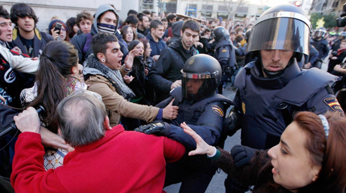 En el minuto 1:00 del video puede observarse la agresión por parte de los policías a varios estudiantes en Valencia.