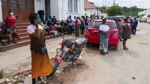 Personas esperando la llegada de más barcos desde el distrito de Palma con supervivientes que huyen de los ataques de los grupos rebeldes, en Pemba, Mozambique.