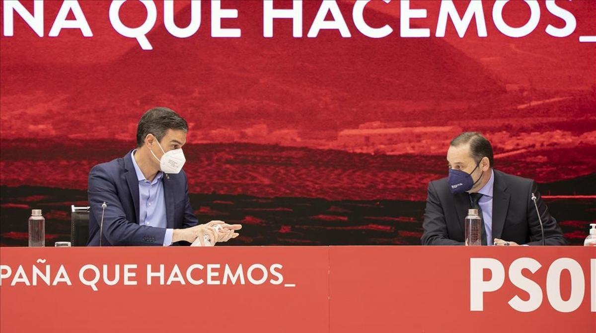El PSOE fuerza cambios tras la derrota electoral en Madrid. En la foto, Pedro Sánchez y José Luis Ábalos.