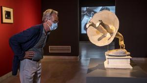 El director del Museo Picasso de Barcelona,Emmanuel Guigon,observa la escultura'Jamais'de Oscar Domínguez.