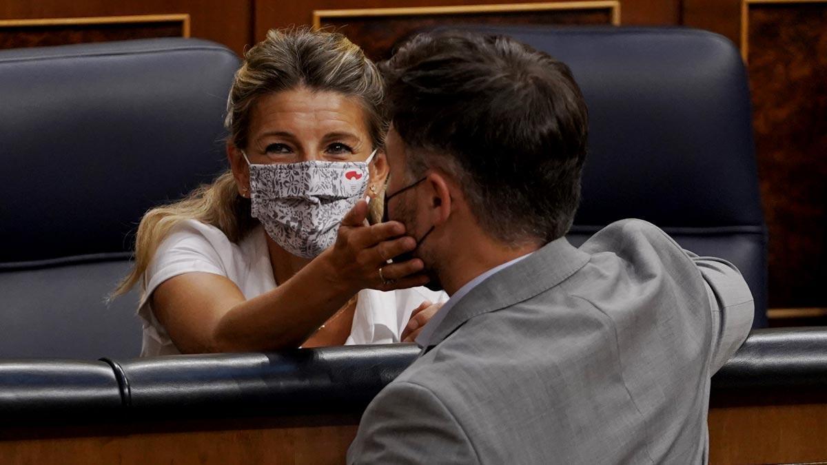 Yolanda Díaz defiende la reducción de los groseros beneficios de las eléctricas. En la foto, Díaz saluda a Gabriel Rufián en el Congreso.