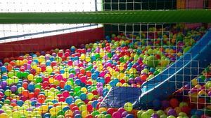 Una piscina de bolas infantil.