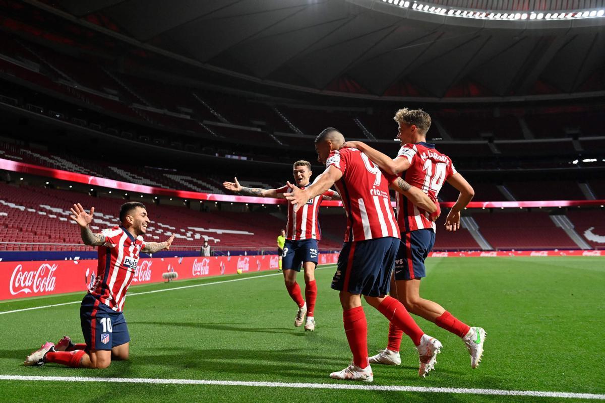 Los jugadores del Atlético celebran uno de los goles ante la Real Sociedad.