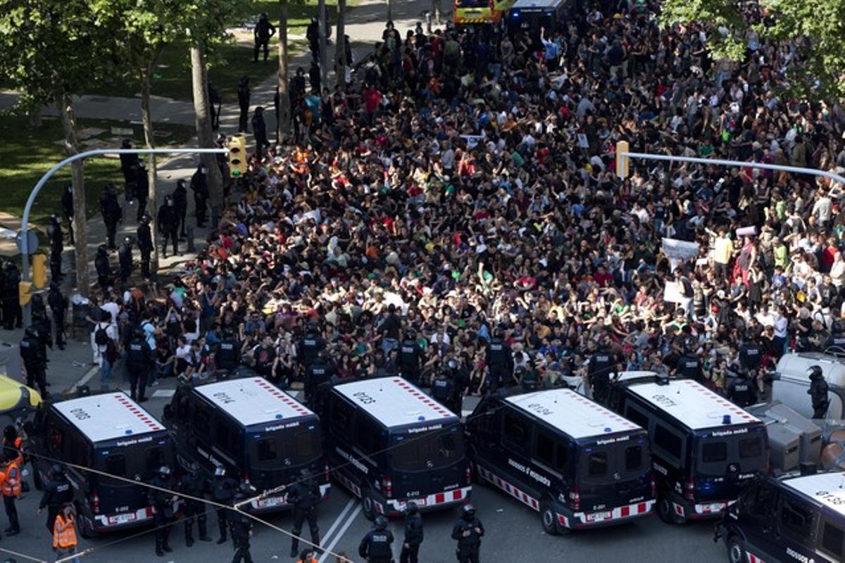 Centenares de indignados, a las puertas del Parlament, el pasado 15 de junio.