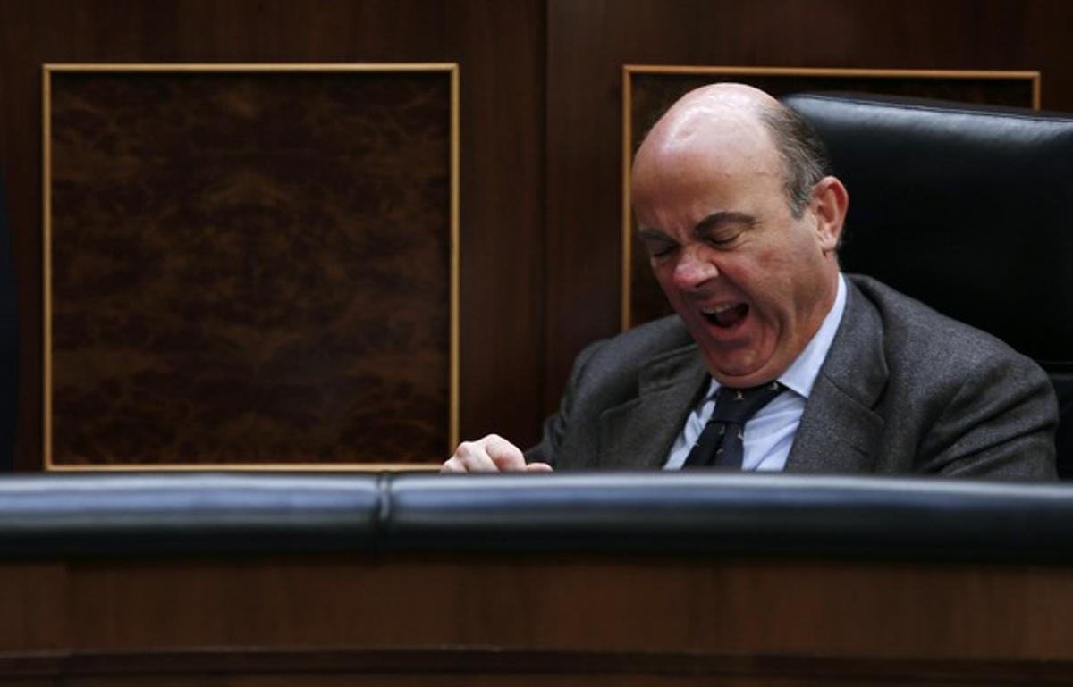El ministro de Economía, Luis de Guindos, bosteza durante el pleno presupuestario, el pasado 20 de diciembre en el Congreso.
