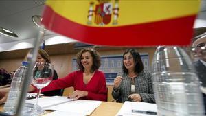 La ministra de Hacienda, Maria Jesus Montero (izquierda), y la ministra de Politica Territorial y Funcion Publica, Carolina Darias.