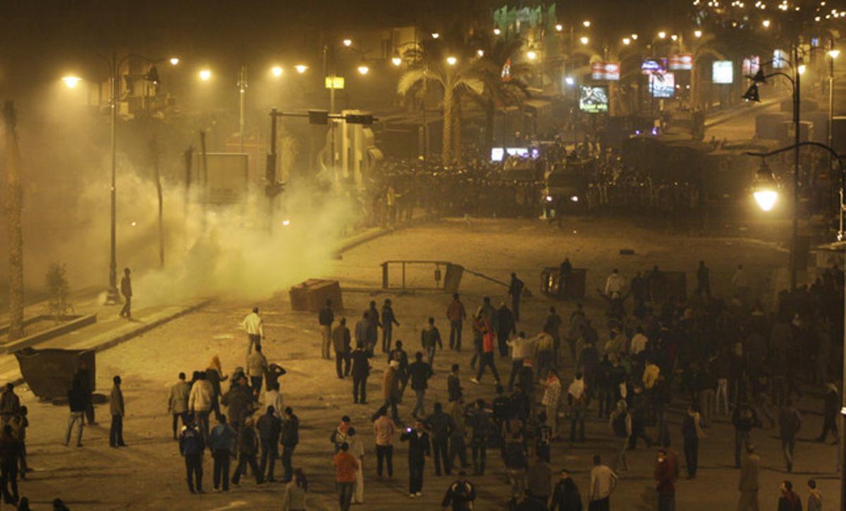 Policías y manifestantes se enfrentan en las calles de Suez, la noche del jueves.