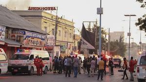 El lugar donde se produjo la explosión de la bomba, en Hotel Afrik de Mogadiscio.