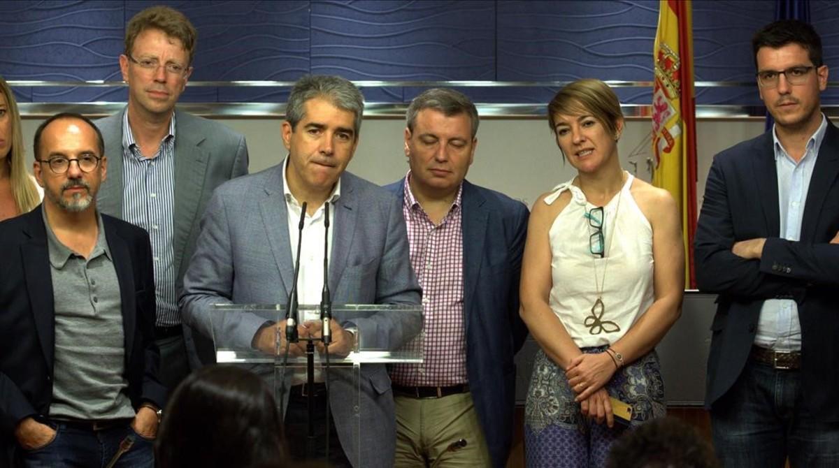 El portavoz de Convergència, Francesc Homs, con algunos de los diputados de su partido, en el Congreso.