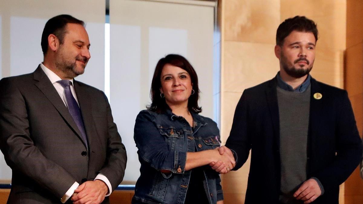 La portavoz parlamentaria del PSOE, Adriana Lastra, y el de ERC, Gabriel Rufián, se dan la mano, junto al secretario de Organización socialista, José Luis Ábalos.