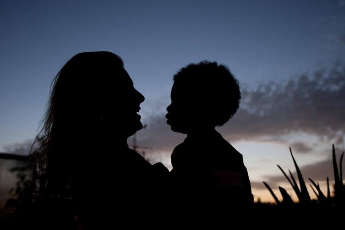 Una dona amb el seu fill adoptat.